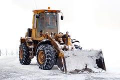 Gammal traktor med en ösregna Fotografering för Bildbyråer