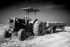 Gammal traktor med en släp Arkivbilder