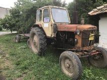 Gammal traktor med ett Pepsi fönstertecken Arkivbilder