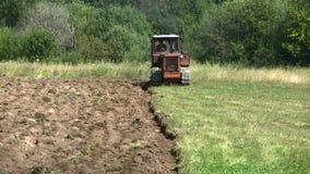 Gammal traktor som plogar jorden bonde lager videofilmer