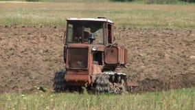 Gammal traktor som plogar jorden bonde stock video