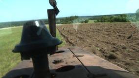 Gammal traktor som plogar jorden Farmer7 stock video