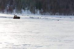 Gammal traktor under snön Royaltyfri Foto