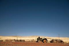 gammal traktortappning för fält Arkivfoton