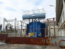 Gammal transformator i elektrisk avdelningskontor Royaltyfri Bild