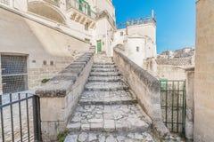 Gammal trappa av stenar, historiska byggnaden nära Matera i europeisk huvudstad för Italien UNESCO av kultur 2019 fotografering för bildbyråer