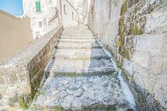 Gammal trappa av stenar, historiska byggnaden nära Matera i europeisk huvudstad för Italien UNESCO av kultur 2019 royaltyfria foton