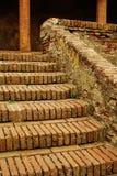 gammal trappa för tegelstenkolonner royaltyfria bilder