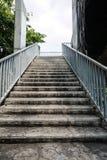 Gammal trappa från planskilda korsningen Arkivbilder