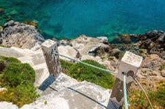 Gammal trappa från stranden som leder för att göra klar azurvatten Fotografering för Bildbyråer
