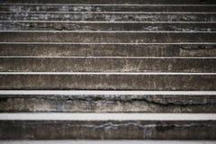 gammal trappa Mörka grå färger texturerad betongväggbakgrund arkivbild
