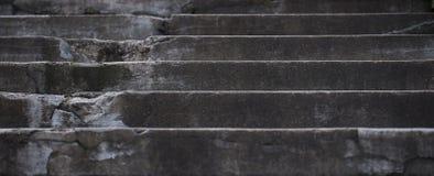 gammal trappa Mörka grå färger texturerad betongväggbakgrund arkivbilder