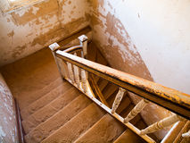 Gammal trappuppgång i övergett hus av den namibian Kolmanskop spökstaden Royaltyfria Bilder