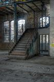 Gammal trappuppgång i en övergiven korridor arkivfoto