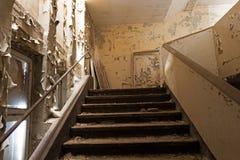 Gammal trappuppgång i ett övergett och fördärvat hus Fotografering för Bildbyråer