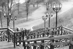 Gammal trappuppgång Gammal trätrappuppgång med smidesjärnbeståndsdelar Den gamla stegen i parkerar Stad Chernigov historia royaltyfria bilder