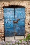 Gammal träblå dörr Arkivfoto