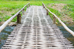 Gammal träbro över floden Arkivbild