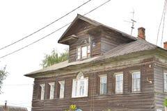 Gammal träbyggnad i byn Priluki på utkanten av Vologda Royaltyfri Bild