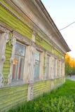 Gammal träbyggnad i den centrala delen av Vologda Royaltyfri Bild