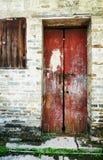 Gammal trädörr, röd wood dörr Fotografering för Bildbyråer