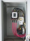Gammal trefasströmkretssäkerhetsbrytare i gammalt elektriskt panelbräde Arkivfoto