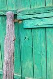 Gammal trägrön port Arkivbild