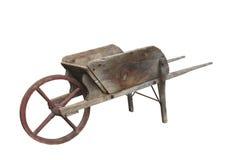 Gammal träisolerad hjulbarrow. Royaltyfri Bild