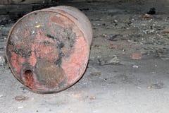 Gammal trumma som ligger på golvet royaltyfri bild