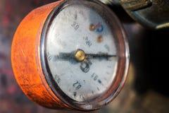 gammal tryckmätare på rörledningen Royaltyfria Bilder