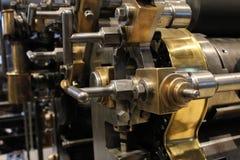 Gammal tryckpress, mekaniska kugghjul Arkivfoton