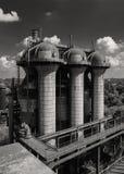 Gammal tryckvågpannautrustning av den metallurgical växten i svart Royaltyfri Bild
