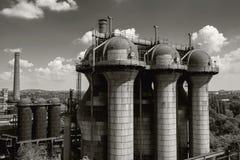 Gammal tryckvågpannautrustning av den metallurgical växten i svart Arkivfoton
