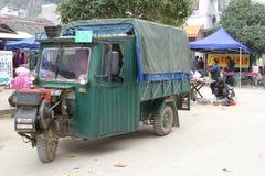 Gammal tuktuk är kommunikationsmedel i Xingping  Arkivfoton