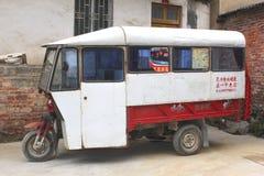 Gammal tuktuktaxi i den gamla staden Daxu i Kina Arkivfoton