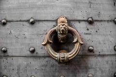 Gammal tung dörrknopp med det dekorativa lejonet royaltyfri fotografi
