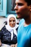 Gammal turkisk kvinna och barnpojke Arkivfoto