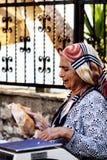 Gammal turkisk kvinnasäljare på den turkiska basaren Royaltyfri Bild