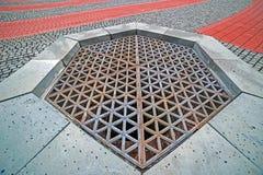 Gammal turkisk springbrunn inbäddad i trottoaren Royaltyfri Bild