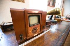 Gammal TV i en lumpbod arkivbild