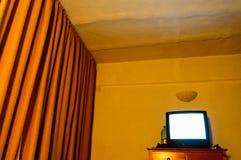 Gammal TV i ett litet rum Fotografering för Bildbyråer