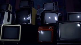 Gammal tv vänder på den gröna skärmen i mitt av många tv:ar estetik av 80-tal stock video