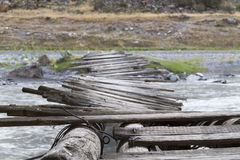 Gammal twisty bro över floden Arkivfoton