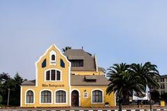 Gammal tysk kolonial byggnad i Swakopmund, Namibia royaltyfria bilder