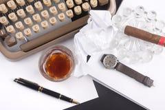 Gammal tysk typförfattare med papper, cigare, tappningklocka Arkivbild
