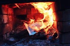 Gammal ugn med flammabrand Arkivbilder