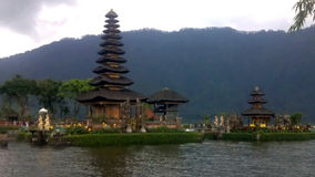 Gammal Ulun Danu tempel i Beratan sjön, Bali stock video