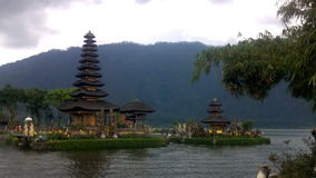 Gammal Ulun Danu tempel i Beratan sjön, Bali lager videofilmer