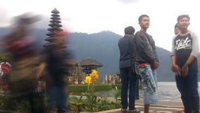 Gammal Ulun Danu tempel i Beratan sjön, Bali arkivfilmer
