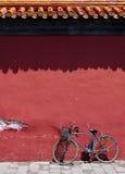 gammal under vägg för cykel Arkivbilder